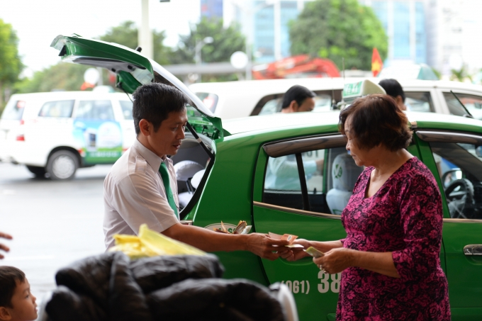 Nhiều hành khách đi taxi than phiền giá xăng dầu giảm nhưng tiền cước đi xe không giảm.