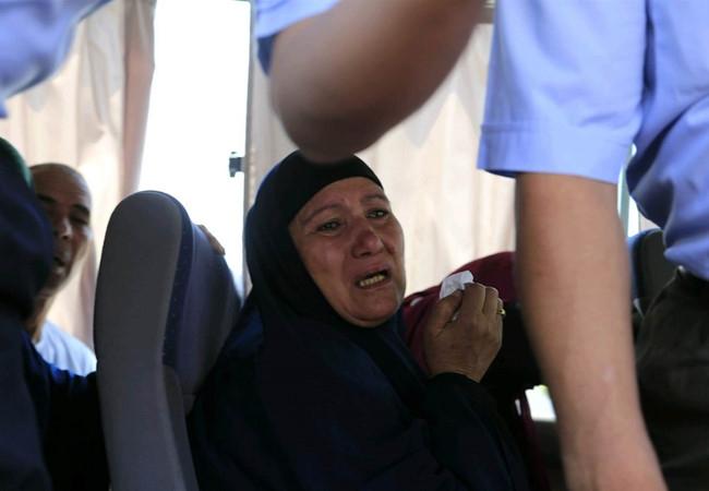 Người thân của các nạn nhân trong chuyến bay xấu số (Ảnh: Internet).