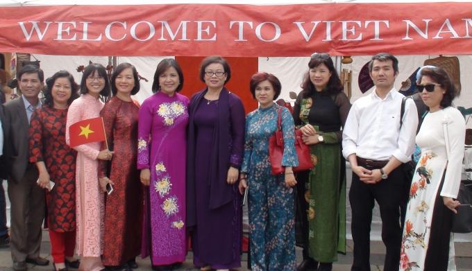 Đại sứ Việt Nam Lê Thị Tuyết Mai (thứ 5 từ trái sang) cùng Đoàn Trung tâm Triển lãm Văn hóa Nghệ thuật Việt Nam và cán bộ Đại sứ quán trước quầy Việt Nam tại Lễ hội Văn hóa và Ngôn ngữ ở Oslo.