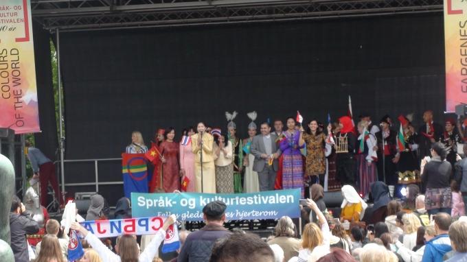 Hai nữ cán bộ Đại sứ quán cùng đại diện các đối tác tham gia tổ chức Lễ hội diễu hành trên sân khấu chào mừng khách.