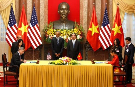 Chủ tịch kiêm Giám đốc điều hành của công ty Boeing, ông Ray Corner (trái) ký hợp đồng cung cấp 100 máy bay với bà Nguyễn Thị Phương Thảo (phải), giám đốc điều hành hãng Vietjet Air. Lễ ký được chứng kiến bởi Chủ tịch nước Trần Đại Quang và Tổng thống Obama. (Ảnh: Reuters).