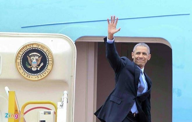 Tổng thống Obama lên máy bay sang Nhật tham dự G7. (Ảnh: Zing.vn).