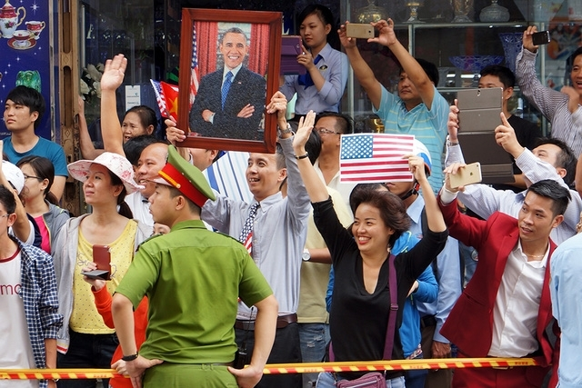 Người dân Sài Gòn vẫy tay chào tạm biệt Tổng thống. (Ảnh: Dân trí).