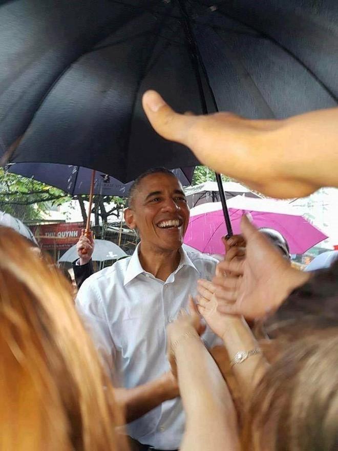 Tổng thống Obama cười thân thiện với người dân.