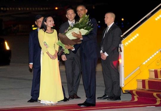 Tổng thống Mỹ Barack Obama được tặng hoa ngay khi đặt chân xuống sân bay Nội Bài.(Ảnh: AP)