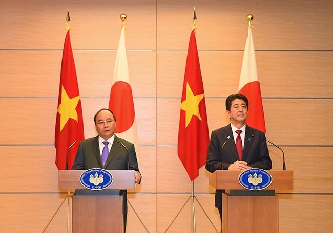 Thủ tướng Nguyễn Xuân Phúc hội đàm với Thủ tướng Shinzo Abe (Ảnh: VGP).