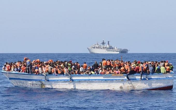 Hành trình vượt biển đầy nguy hiểm của những người di cư (Ảnh: AFP).