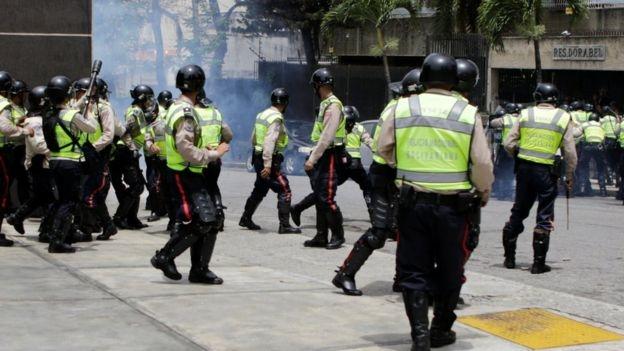 Cảnh sát đã phải dùng đến hơi cay để trấn áp những người biểu tình (Ảnh: Reuters).