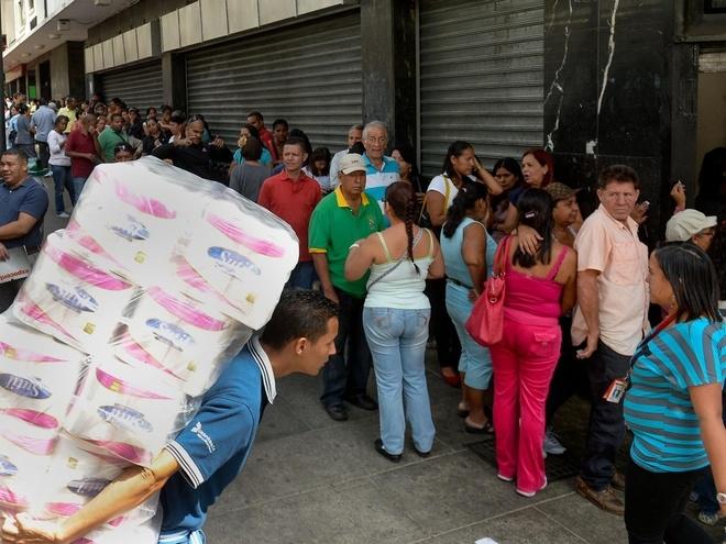 Người dân Venezuela xếp hàng để mua đồ dùng thiết yếu (Ảnh: Reuters).