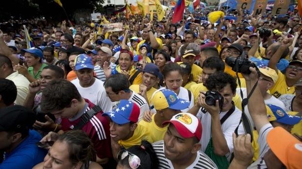 Rất đông người biểu tình phản đối chính phủ của Tổng thống Nicolas Maduro đổ ra đường ở thủ đô Caracas hồi tháng 5. (Ảnh: AP).