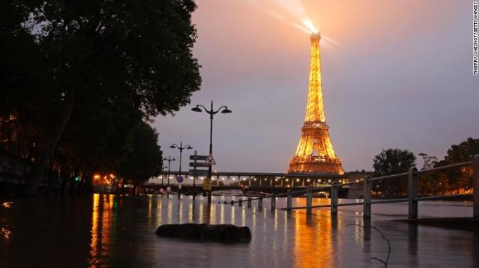 Những trận mưa lớn kéo dài trên khắp châu Âu làm ít nhất 10 người thiệt mạng. (Ảnh: Getty)