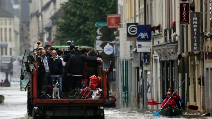 Lụt nặng ảnh hưởng nghiêm trọng đến cuộc sống của người dân. (Ảnh: AP)