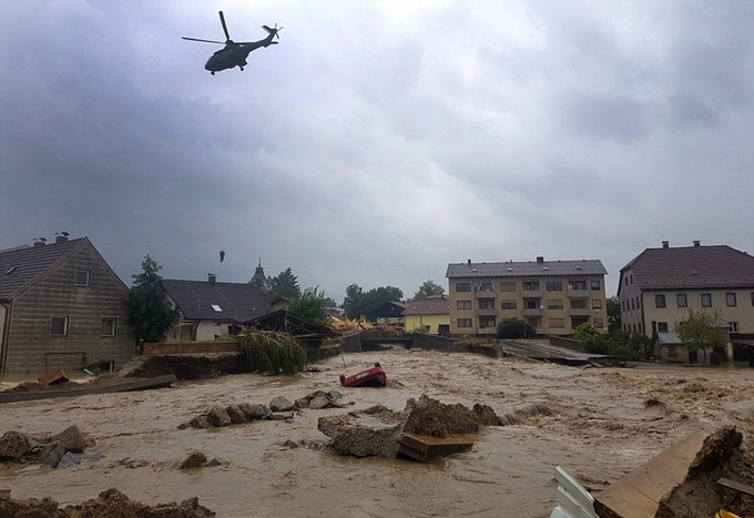 Nhiều ngôi nhà bị nước tràn vào, gây thiệt hại lớn về kinh tế. (Ảnh:AP)