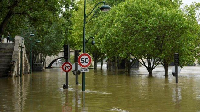 Nước sông Seine tràn bờ, gây ra lụt lội trên nhiều tuyến phố. (Ảnh: AFP)