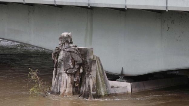Nước dâng ngập chân bức tượng Zouave trên trụ cầu bắc qua sông Seine. (Ảnh: Reuters)