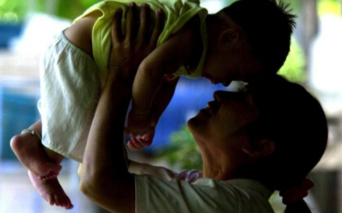 Một bà mẹ ở tỉnh Phetchaburi, Thái Landương tính với virus HIV và đứa con không bị nhiễm. (Ảnh: AP)