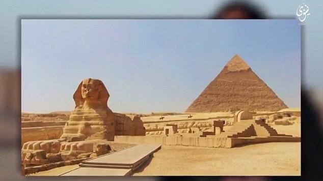 Hình ảnh Kim tự tháp Giza Ai Cập xuất hiện cuối đoạn video. (Ảnh: Daily Mail)