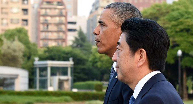 Tổng thống Mỹ B.Obama và Thủ tướng Nhật Shinzo Abe. (Ảnh: AFP).