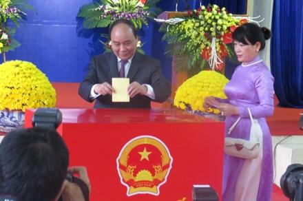 Thủ tướng Nguyễn Xuân Phúc bỏ phiếu tại Hải Phòng. (Ảnh: Phạm Hải Sâm)