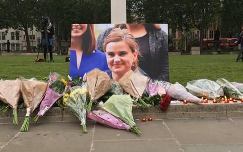 Người dân tưởng niệm nữ nghị sĩ Jo Cox. (Ảnh: New York Times)