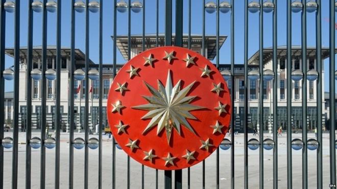 """Hoàn thành năm 2014 và tiêu tốn hơn 600 triệu USD, cung điện này đã bị các nhà phê bình lên án mạnh mẽ: """"Ông ấy đã tự xây cho mình cái gọi là vương quốc ở nơi mà có tới 3 triệu người thất nghiệp. Ông ấy đã đốn hạ hàng trăm cái cây để xây dựng cung điện cho riêng mình"""", Kemal Kilicdaroglu, lãnh đạo đảng Nhân dân Cộng hòa nói. (Ảnh: Telegraph)"""