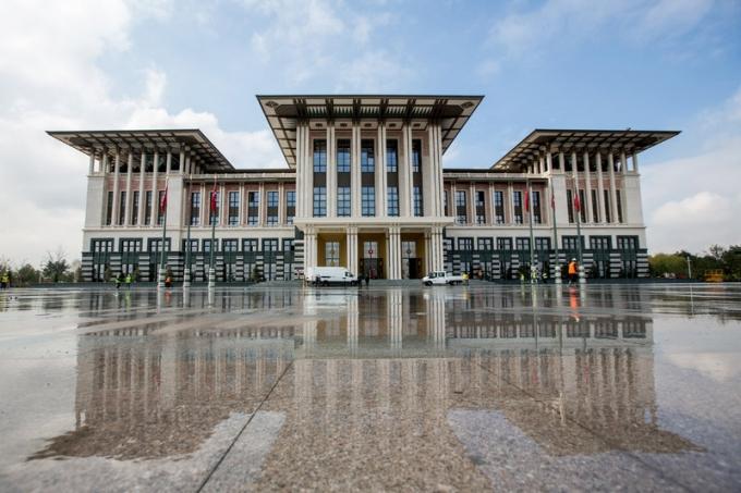 """Đáp lại những lời chỉ trích, ông Erdogan tuyên bố: """"Không ai có thể ngăn tòa nhà này được hoàn thành. Nếu có đủ sức mạnh hãy để họ đến và phá hủy nó đi"""". (Ảnh:Anadolu Agency)"""