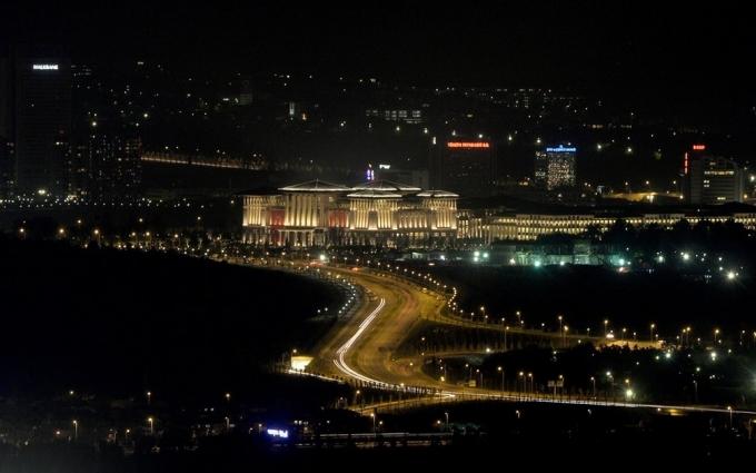 Cung điện Trắng lung linh vào ban đêm. (Ảnh: Guardian)