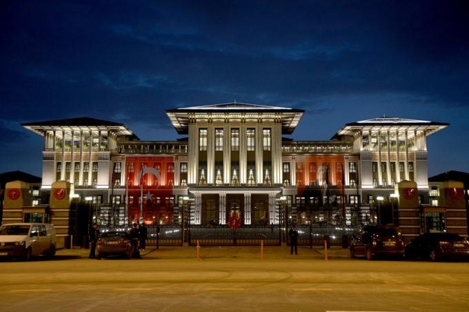 Bất chấp các chỉ trích về việc lãng phí ông Erdogan vẫn một mực khẳng định rằng Cung điện Trắng sẽ giúp nâng tầm đất nước trong mắt bạn bè quốc tế. (Ảnh: Guardian)