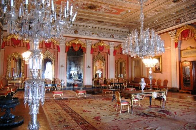 Cung điện vô cùng nguy nga và tráng lệ, riêng chi phí trải thảm đã lên tới hơn 9 triệu USD. (Ảnh: Getty)