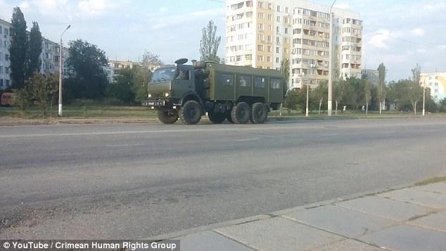 Xe tăng của quân đội Nga di chuyển về phía biên giới Ukraine. (Ảnh: Daily Mail)