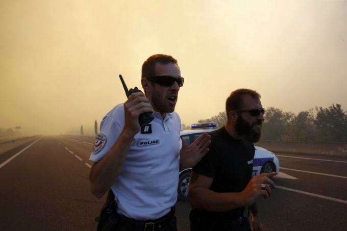 Lực lượng cứu hỏa cho biết, tính tới thời điểm hiện tại đã có ít nhất 2.700 ha đất rừng bị lửa tàn phá, khoảng 20-25 ngôi nhà bị thiêu rụi. Ngoài ra, sân bay Marseille cũng phải chuyển hướng các chuyến bay để nhường chỗ cho trực thăng cứu hỏa. (Ảnh: Reuters)