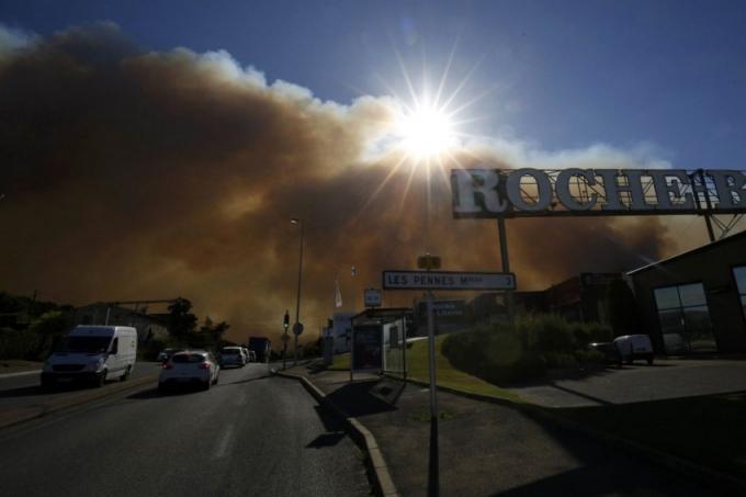 Khói bốc từ đám cháy bao vây thành phố Marseille. (Ảnh: Philippe Laurenson)