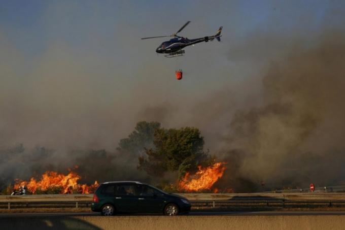 """Trong thông cáo mới nhất từ lực lượng cứu hỏa Marseille cho biết: """"Tình hình hiện ngoài tầm kiểm soát, ngọn lửa vô cùng hung hãn và sẽ thiêu hủy bất cứ thứ gì trên đường mà nó đi qua"""". (Ảnh: Philippe Laurenson)"""