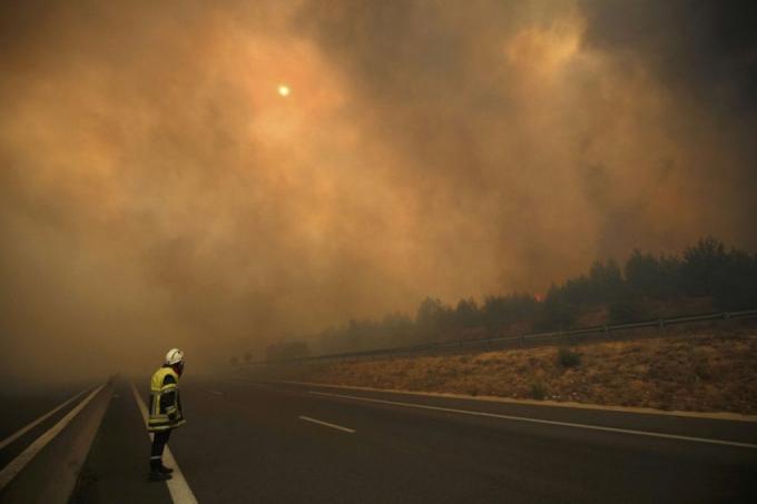 """""""Mọi thứ đều bị đốt cháy, những chiếc xe, nhà cửa …tất cả mọi thứ"""", một người dân ở thị trấn Vitrolles nơi cách Marseille khoảng 25 km về phía bắc cho biết. (Ảnh: Philippe Laurenson)"""