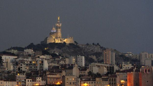 Trong 1 thông điệp đăng tải trên đài BFM -TV, Phó Thị trưởng Marseille, ông Julien Ruas nói: Lửa đang lan rất nhanh, hiện lực lượng bảo vệ đã thiết lập các rào chắn để ngăn ngọn lửa lan về thành phố. Tuy nhiên để hạn chế thương tổn, chúng tôi khuyên mọi người không nên ra đường. (Ảnh: AFP)