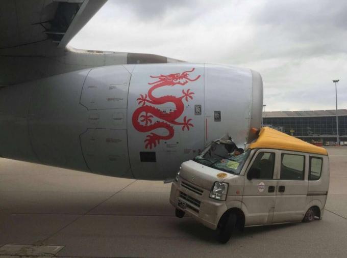 Hiện trường vụ va chạm giữa máy bay và xe tải. (Ảnh: SCMP)