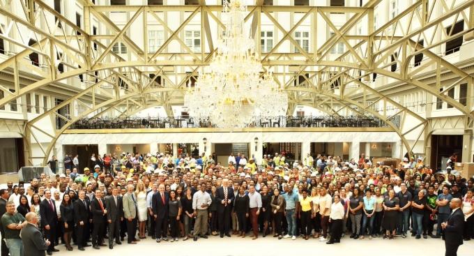 Nhân viên và khách hàng chụp ảnh tại Khách sạn Quốc tế Trump. (Ảnh: Twitter)