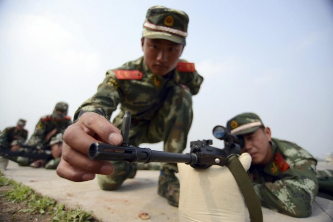 Ngắm bắn súng. (Ảnh: Reuters)
