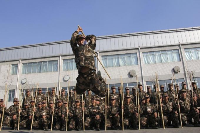 Lực lượng bán quân sự tham gia các bài tập võ thuật cổ truyền. (Ảnh: Reuters)