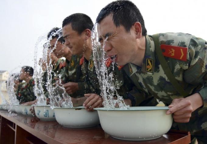 Các tay súng bắn tỉa của lực lượng bán quân sự tham gia bài tập giữ hơi thở dưới nước ở Giang Tô. (Ảnh: Reuters)