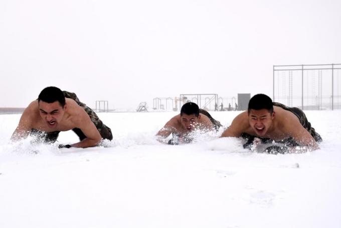 Cho tới tập luyện trên những điều tiết khắc nghiệt giá lạnh. (Ảnh: Reuters)