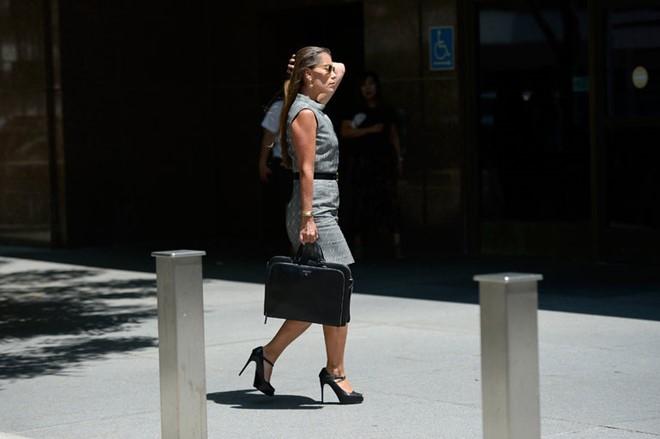 Laura bước ra khỏi phiên tòa của tài tử Johnny Depp. (Ảnh:NYP)