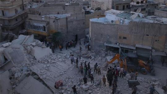 Khu dân cư al-Hallak do quân nổi dậy kiểm soát ở Aleppo bị không kích. (Ảnh: Reuters)
