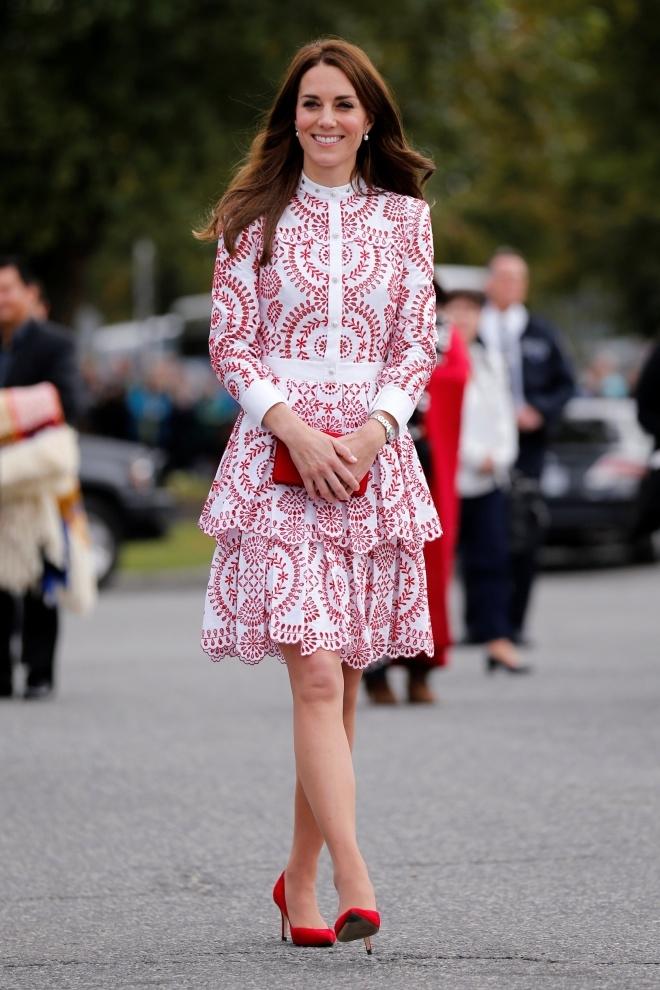 Trong ngày thứ hai ở Canada, diện mạo của công nương 34 tuổi trẻ trung hơn nhờ chiếc váy màu đỏ, trắng trị giá 5.000 USD củaAlexander McQueen. Cô kết hợp ăn ý với túi Miu Miu và giày cao gót cùng màu.Bộ trang phục có giá hơn 6.000 USD.(Ảnh: Reuters)