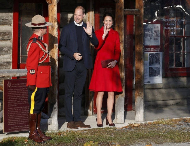 Công nương Anh rạng rỡ trong mẫu áo khoác dạ dáng váy của CH Carolina Herrera, một trong những nhãn hiệu của cô em gái Pippa Middleton, trị giá 1.500 USD. Đôi giày cô đi có giá hơn 450 USD.(Ảnh: Reuters)