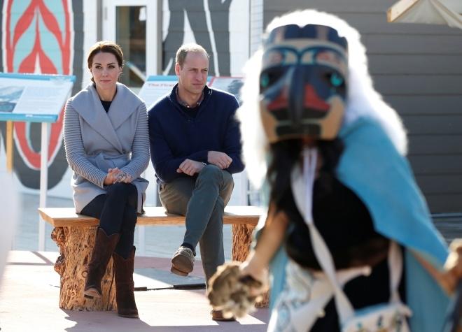 Chiếc áo khoác màu ghi này có giá 900 USD và thuộc một nhãn hiệu đượcSophie Grégoire Trudeau, phu nhân của thủ tướng Canada rất ưa chuộng.Chiếc quần bò và đôi bốt đế thấp thích hợp cho chuyến thăm núi Montana của cô.(Ảnh: Reuters)