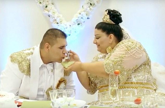 """Dailymail dẫn lời một khách tới dự đám cưới cho biết: """"Đám cưới kéo dài 4 ngày và chi phí rất khiêm tốn, chỉ khoảng 35.000 Euro (tương đương hơn 1 tỷ VNĐ). Con số này không bao gồm tiền váy cưới của cô dâu. (Ảnh: Dailymail)"""
