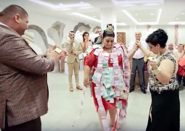 Trong một phần nghi lễ đặc biệt của đám cưới, cô dâu còn được dán những tờ tiền 500 Euro lên khắp người để cầu may. (Ảnh: Dailymail)