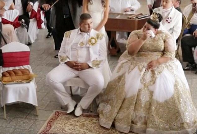 Cô dâu rơi nước mắt vì hạnh phúc. (Ảnh: Dailymail)