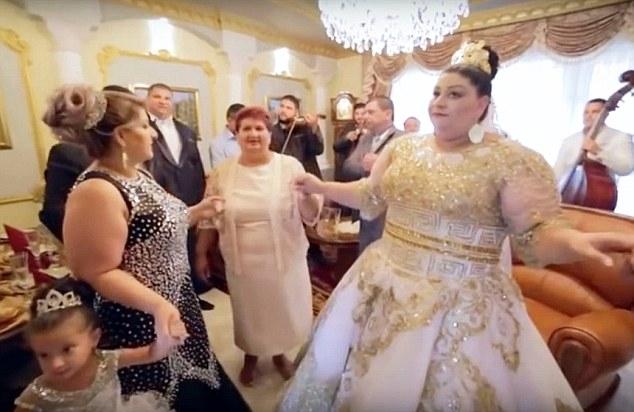 Cận cảnh chiếc váy thêu vàng màu trằng lộng lẫy trị giá 175.000 bảng Anh của cô dâu tuổi teen. (Ảnh: Dailymail)